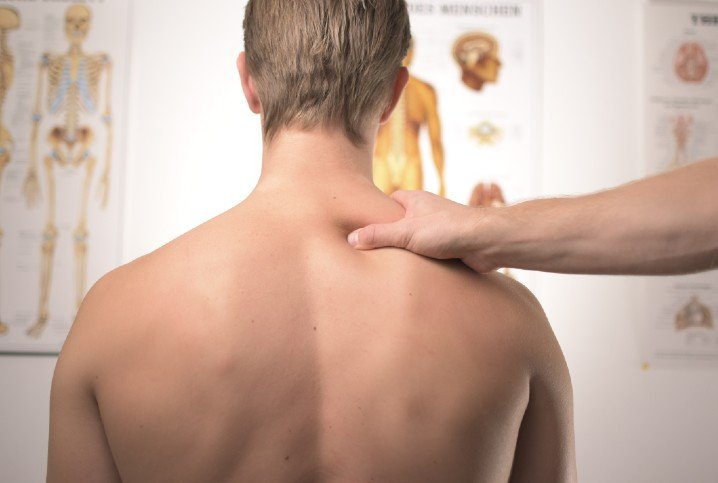 man hand on shoulder injury physiotherapy